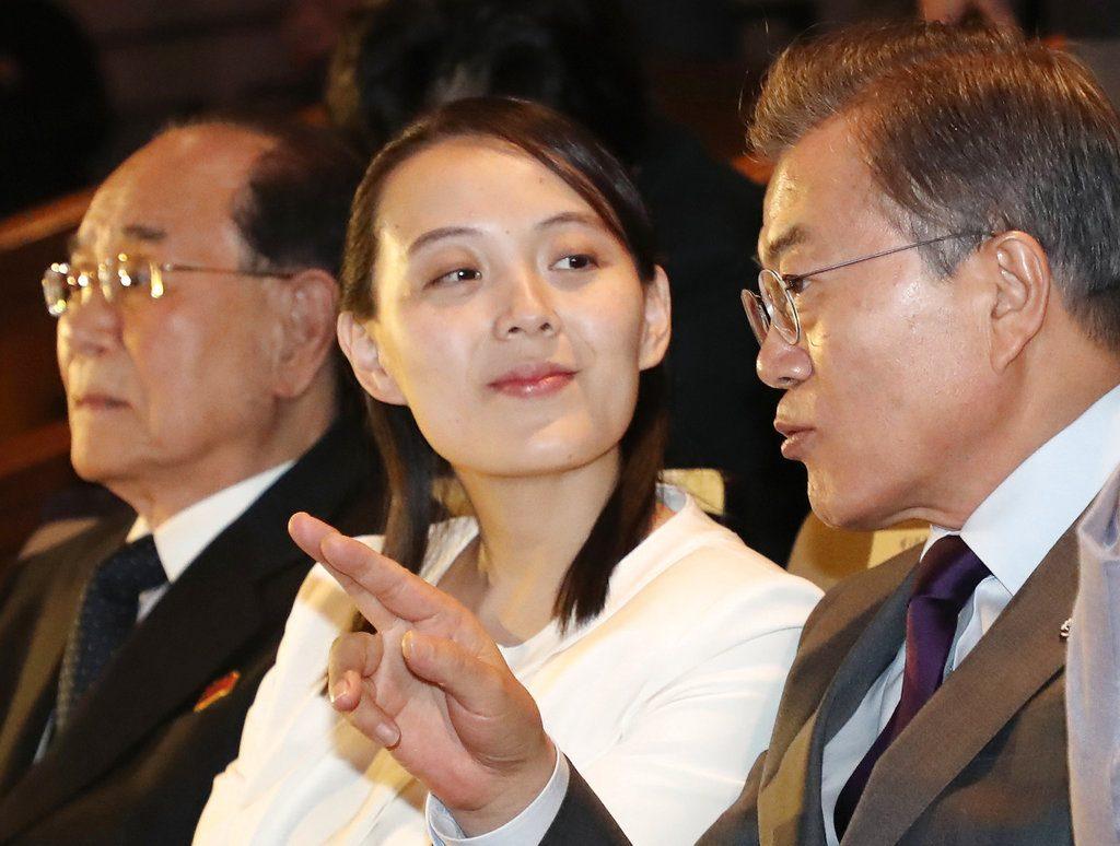 El presidente surcoreano Moon Jae-in habla con Kim Yo Jong, hermana del líder norcoreano Kim Jong Un, durante un concierto en Seúl, el domingo 11 de febrero de 2018 Foto: Bee Jae-man/Yonhap via AP.