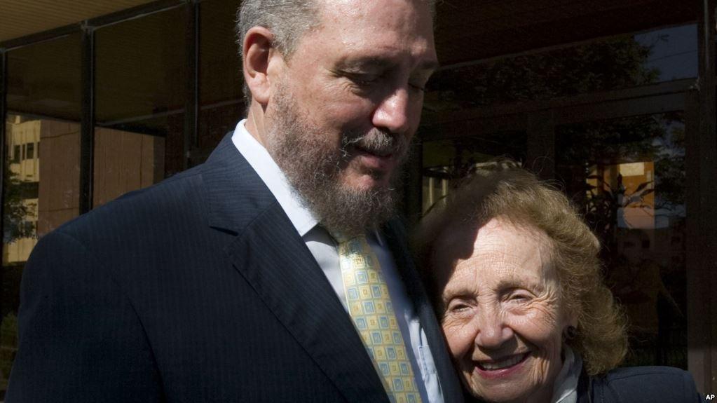 Con su madre Mirtha Díaz-Balart en La Habana en noviembre de 2008. Foto: AP.
