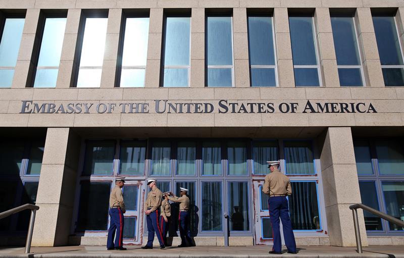 Varios marines del ejército estadounidense prestan guardia en la entrada de la embajada de Estados Unidos en La Habana. Foto: Alejandro Ernesto / EFE.