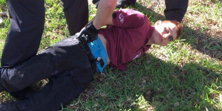 Nikolas Cruz en el momento en que fue atrapado.