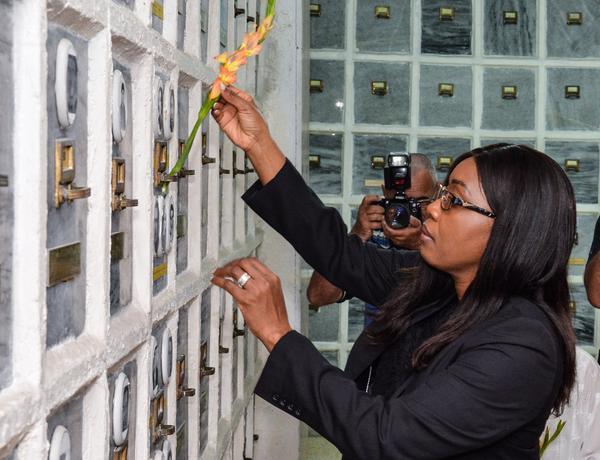 Saara Kuugongelwa-Amadhila, Primera Ministra de Namibia, rindió tributo a los combatientes cubanos caídos en África, en el Panteón de los Veteranos de la Guerra de Independencia, en la Necrópolis Cristóbal Colón, en La Habana, Cuba. Foto: Marcelino Vázquez Hernández 7 ACN.