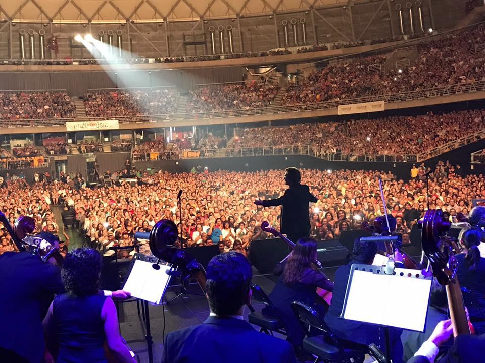 Durante un concierto en Santiago de Chile. Tomada de la cuenta de Raphael en Facebook.