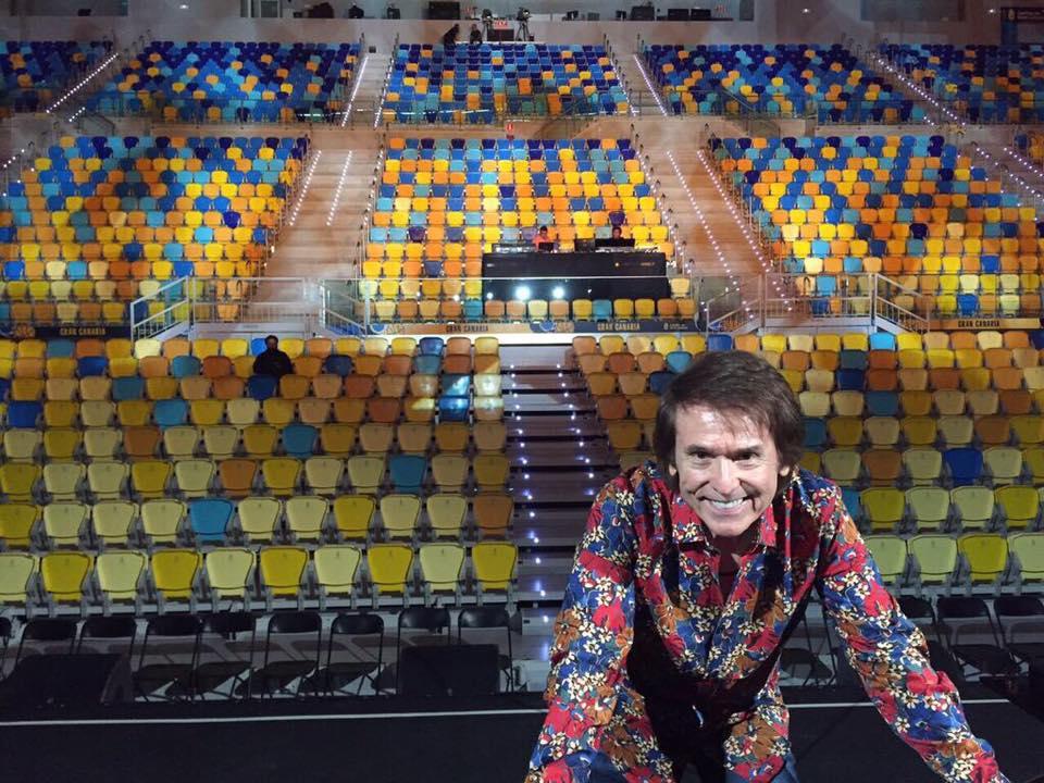 Preparándose para un concierto en Las Palmas de Gran Canaria. Durante un concierto en Santiago de Chile. Tomada de la cuenta de Raphael en Facebook.