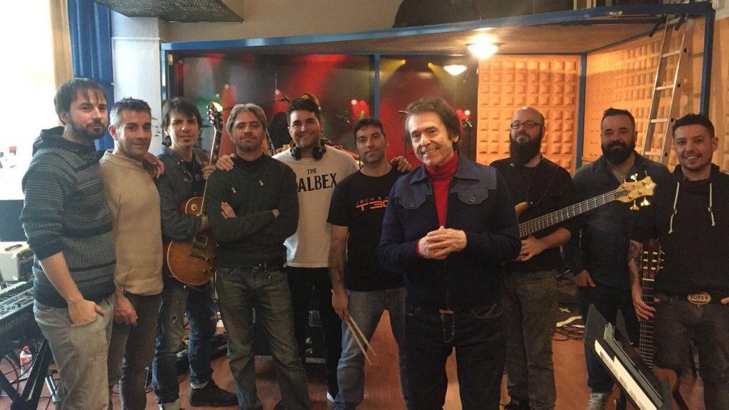 Con sus músicos, después de ensayos. Durante un concierto en Santiago de Chile. Tomada de la cuenta de Raphael en Facebook.