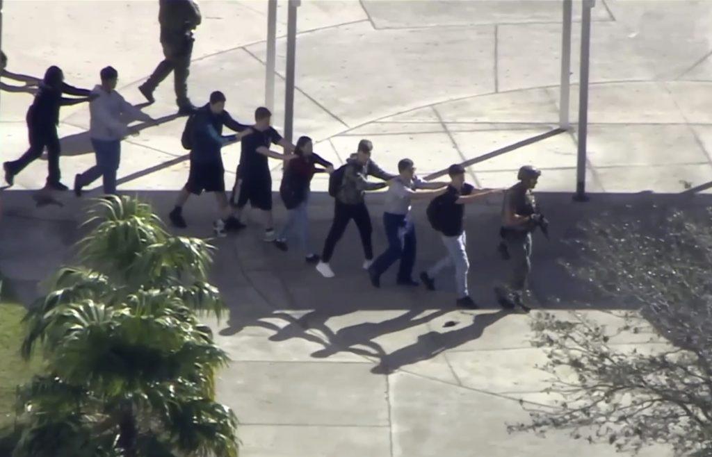 Captura de video cortesía de WPLG-TV, donde se observa a estudiantes de la escuela preparatoria Marjory Stoneman Douglas, mientras evacúan las instalaciones después del tiroteo. Foto: WPLG-TV vía AP.