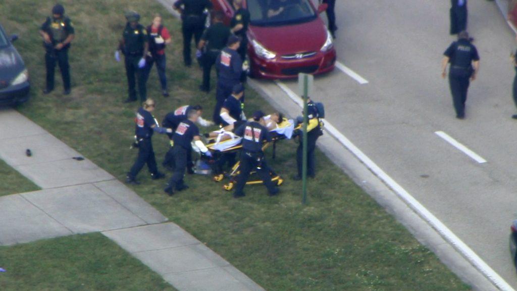 Captura de video cortesía de WPLG-TV donde se ve a personal de emergencia trasladar a una persona herida a las afueras de la Escuela Secundaria Marjory Stoneman Douglas, en Parkland, Florida después de un tiroteo. Foto: WPLG-TV vía AP.