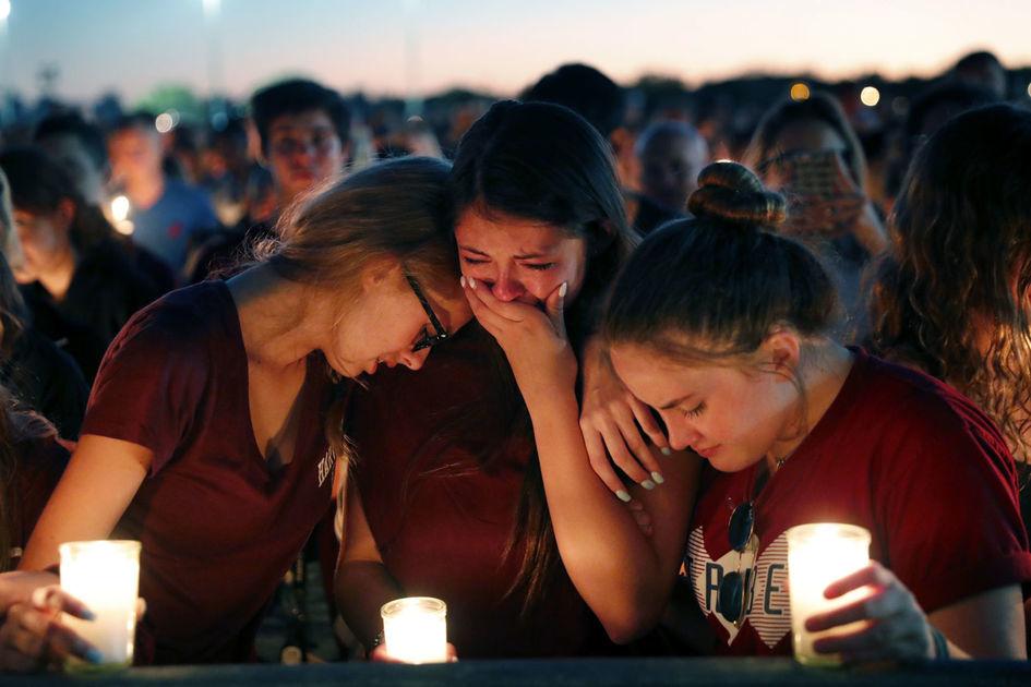 Vecinos y estudiantes de la escuela atacada asistieron a una vigilia de solidaridad con las víctimas. Foto: AP.