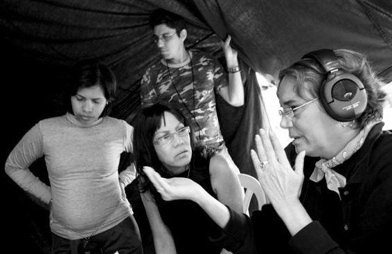 """Luisa María Jiménez junto a Magda González Grau en el rodaje de """"Por qué llora mis amigas"""". Foto: Pedro Coll."""