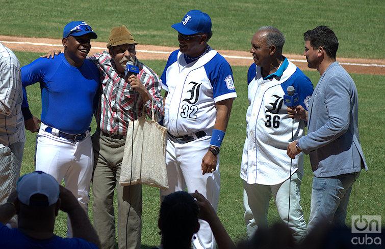 De izquierda a derecha, Tabares con el actor Luis Silva (Panfilo), los managers Víctor Mesa y Rey Vicente Anglada y el conductor Héctor Villar en el estadio Latinoamericano. Foto: Otmaro Rodríguez.