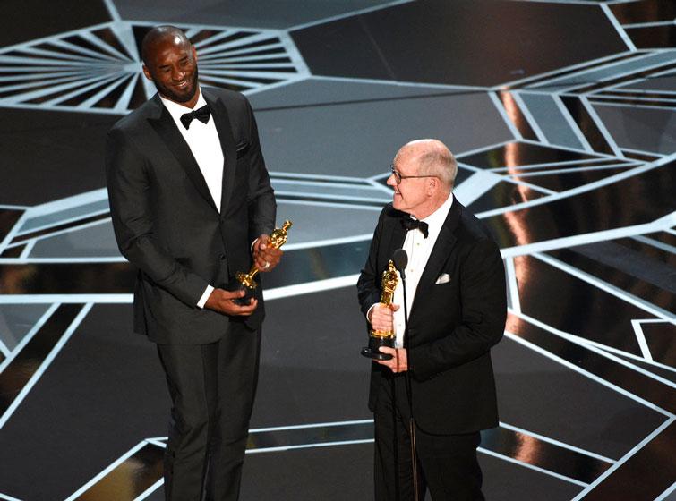 """El ex-baskebolista Kobe Bryant, izquierda, y Glen Keane reciben el Oscar a la mejor cinta animada por """"Dear Basketball"""" en el Teatro Dolby en Los Angeles. Foto: Chris Pizzello / Invision / AP."""