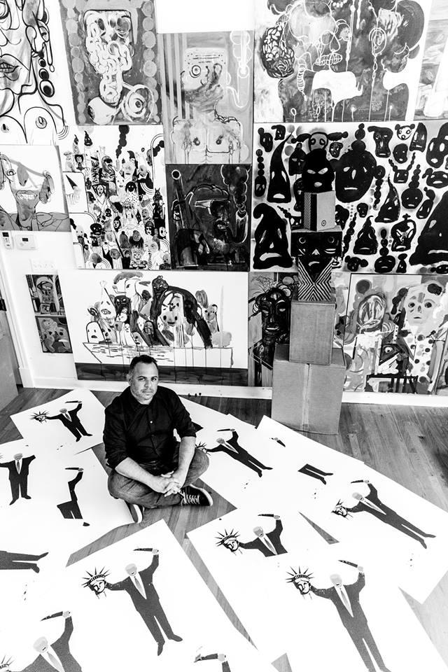 Edel Rodríguez en su estudio. Foto: Deborah Feingold. Tomada de la cuenta de FB de Edel Rodríguez.