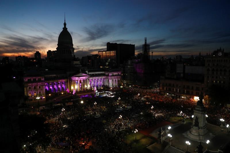Miles de activistas en las inmediaciones del Congreso argentino. Argentina contabilizó 260,156 casos de violencia machista entre 2013 y 2017. Foto: David Fernández / EFE.