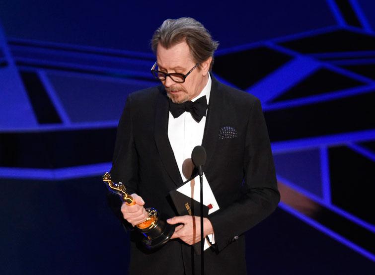 """Gary Oldman recibe el Oscar al mejor actor por """"Darkest Hour"""". Foto: Chris Pizzello / Invision / AP."""