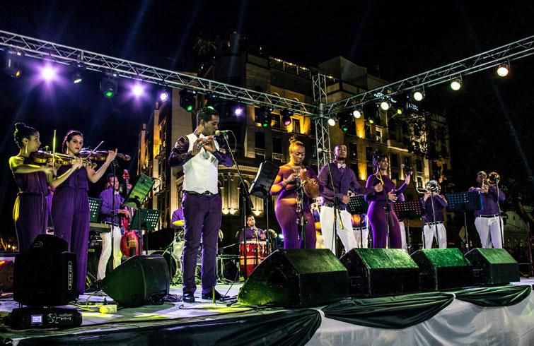 La orquesta Miguel Failde en la mítica esquina habanera de Prado y Neptuno. Foto: Orquesta Miguel Failde / Facebook.
