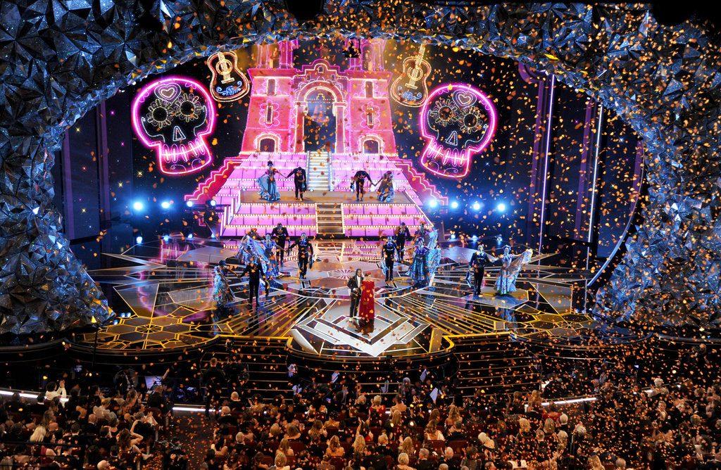 """Miguel, izquierda, y Natalia Lafourcade interpretan """"Remember Me"""" de """"Coco"""" en los Oscar en el Teatro Dolby en Los Angeles. Foto: Chris Pizzello/Invision/AP."""