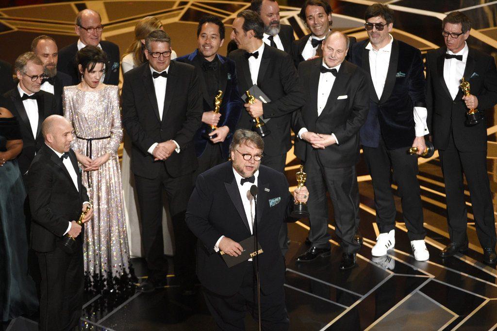 """Guillermo del Toro, junto al elenco y equipo de """"The Shape of Water"""", recibe el Oscar a la mejor película. Foto: Chris Pizzello/Invision/AP."""