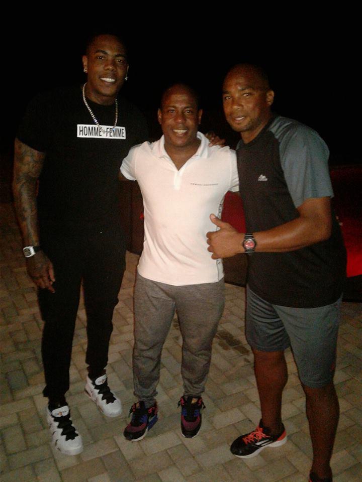 """Tabares (centro) con Aroldis Chapman (izquierda) y Orlando """"el Duque"""" Hernández (derecha). Foto: Carlos Tabares / Facebook."""