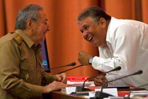 Marino Murillo, vicepresidente del Consejo de Ministros (derecha), habla con Raúl Castro, durante una sesión de la Asamblea Nacional en La Habana, Cuba. Foto: Ismael Francisco / Cubadebate / AP.