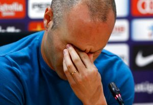 Andrés Iniesta gesticula durante una conferencia de prensa en la que anunció que está dejando el club. Foto: Manu Fernández / AP.