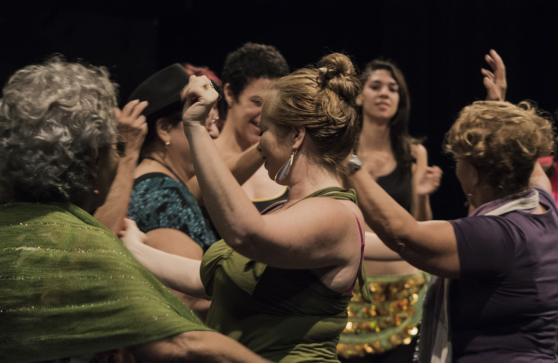 """Encuentro """"Vibrando en amor por un paisaje danzario habanero"""", trabajo en conjunto con un grupo de ancianos del Proyecto Palomas, el Proyecto comunitario Quisicuaba y un grupo de transexuales del Centro Nacional de Educación Sexual. Foto: Laura Alejo."""
