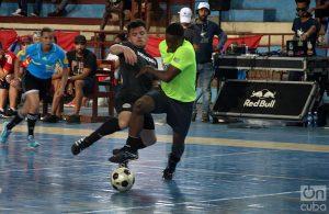 Reparto Mañana de Guanabacoa (verde) contra Acapulco Park (negro), en la final del campeonato de fútbol callejero: Foto: Otmaro Rodríguez.