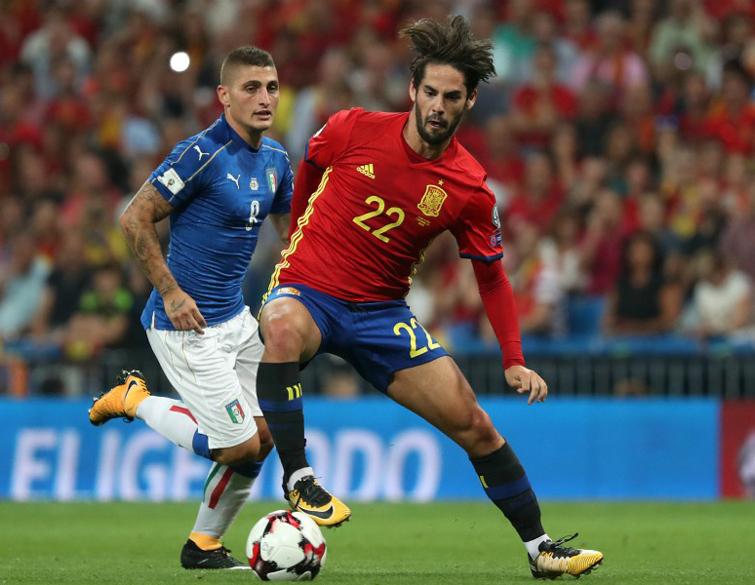 Mientras España ha mantenido su nivel a pesar del cambio generacional, Italia se ha descolgado de la vanguardia y no estará en Rusia 2018. En la foto, el español Isco (izq) y el italiano Marco Verrati. Foto: sports.fr.