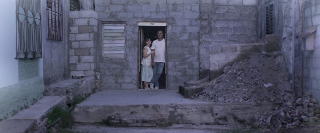 La pareja regresa al lugar donde fueron felices y exhuman algunas de las trazas dejadas por lo allí vivido. Fotograma: Javier Pérez.