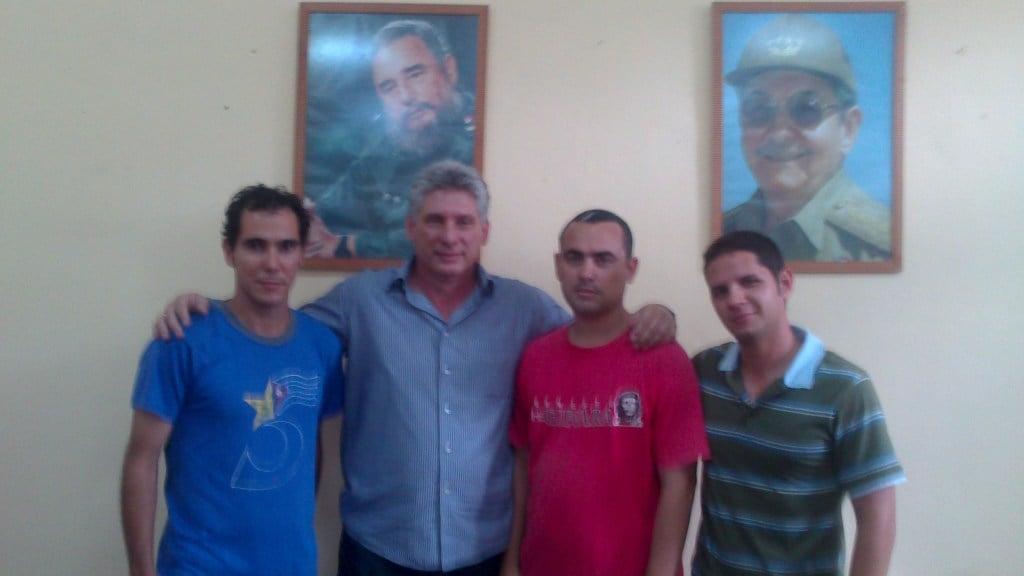 El bloqueo del blog La Joven Cuba terminó cuando el vicepresidente Miguel Díaz Canel visitó la Universidad de Matanzas y se reunió con sus creadores. A la derecha, Harold Cárdenas. Foto: La Joven Cuba.