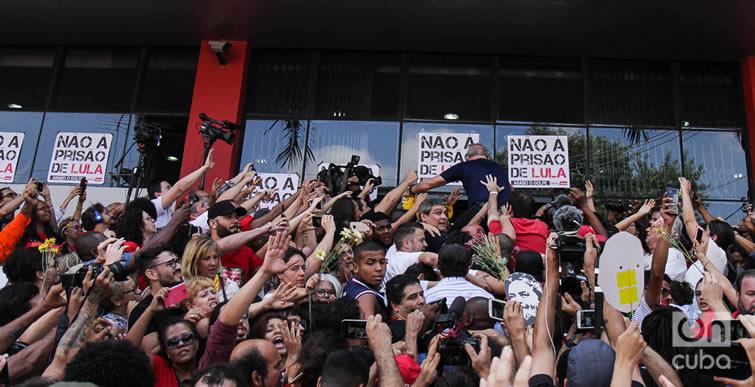 Lula cargado en hombros entrando a la puerta del sindicato. Foto: Nicolás Cabrera.