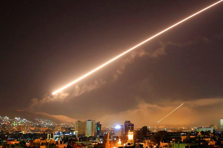 El cielo de Damasco se ilumina con el desplazamiento de un misil en un ataque estadounidense a varias partes de la capital la madrugada del sábado 14 de abril de 2018. Foto: Hassan Ammar / AP.