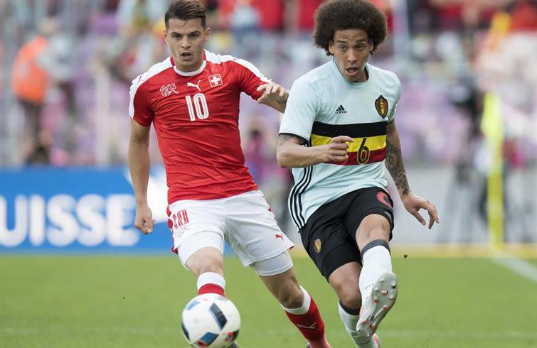 Suiza (de rojo) y Bélgica han sido dos de las selecciones más estables y competitivas de los últimos cuatro años en Europa. En la imagen, el suizo Granit Xhaka (izq) y el belga Axel Witsel. Foto: Mundo Deportivo.