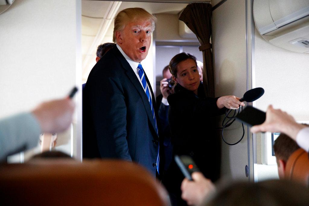 El presidente Donald Trump habla con miembros de la prensa a bordo del avión presidencial en un vuelo a la base de la Fuerza Aérea Andrews. Foto: Evan Vucci/AP.