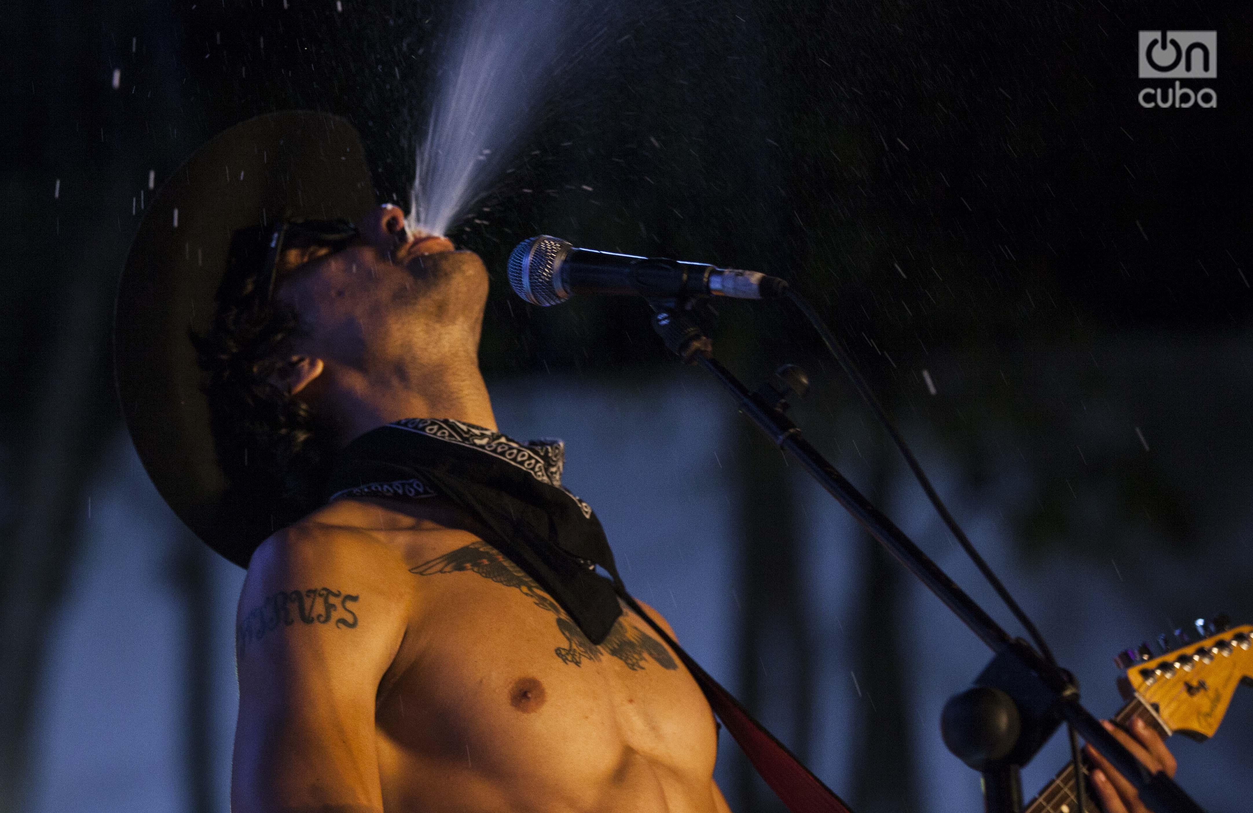Héctor Téllez Jr. durante su actuación en el concierto de Bandera Studio en el Salón Rosado de la Tropical, Foto: Claudio Pelaez Sordo.