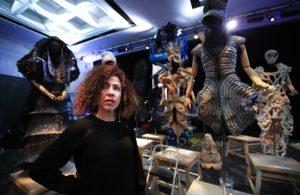 La diseñadora cubana Celia Ledón posa con sus creaciones en el Kennedy Center, en Washington, el martes 8 de mayo de 2018. Foto: Manuel Balce Ceneta / AP.
