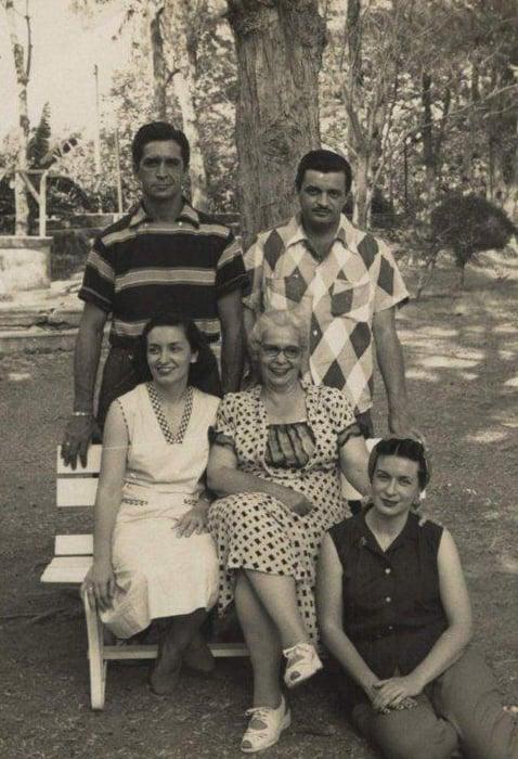 De pie Felipe y Sergio, sentadas, Fina y abuela, en el piso mi madre, Bella. Foto: Archivo familiar.