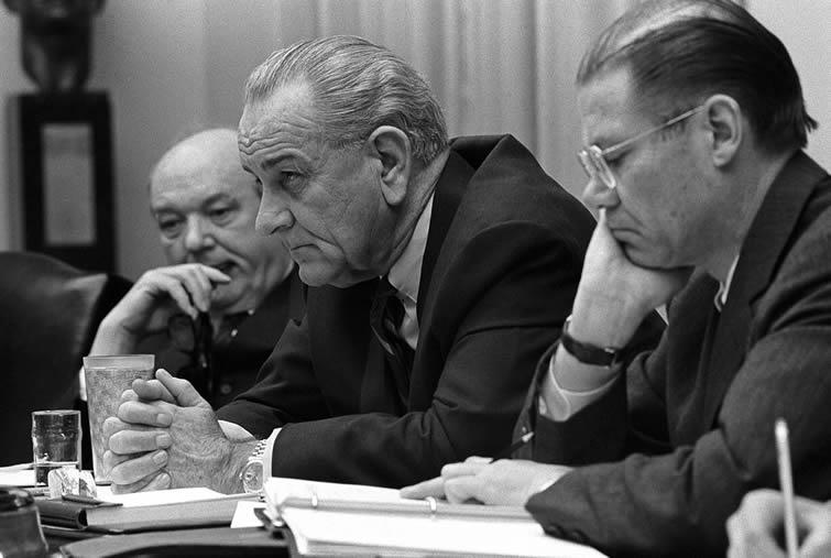 El secretario de Estado Dean Rusk, el presidente Lyndon B. Johnson, y el secretario de Defensa Robert McNamara en una reunión en la Casa Blanca, en febrero de 1968.