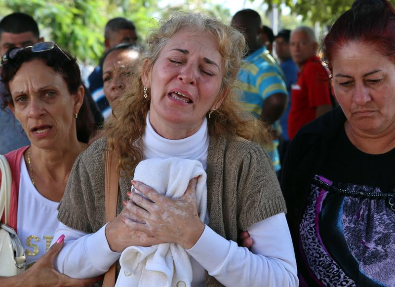 Inés González, mother of one of the deceased in the air crash in which 108 of the 111 persons on board died yesterday in Havana (Cuba), is crying today, Saturday May 19, 2018, when leaving the Institute of Forensic Medicine where the victims are being identified. Photo: Alejandro Ernesto / EFE.