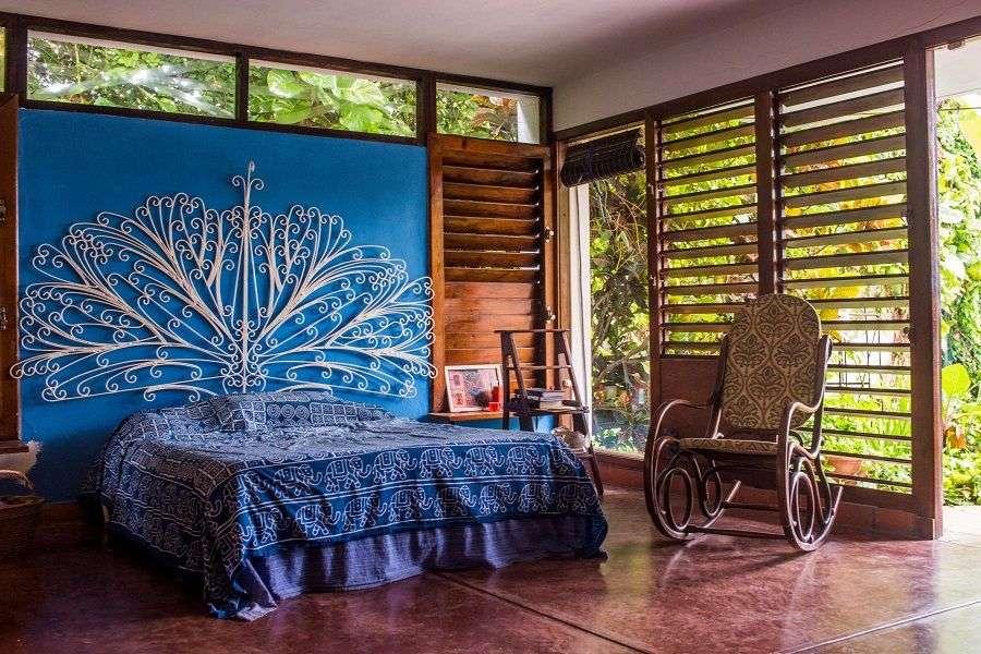 El dormitorio principal es una amplia caja de persianas y vidrios, rodeada de vegetación tropical, un bello ejemplo del auténtico estilo cubano diseñado por el arquitecto Jaime Canaves en 1958.