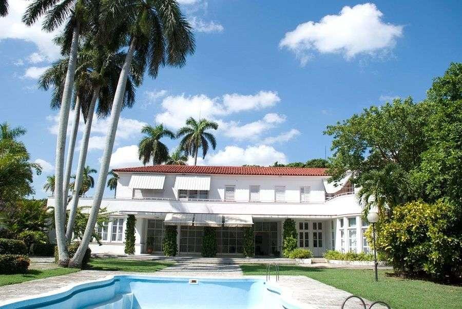 La fachada del jardín de Ella Fontanals Cisneros. Un porche sombreado es el escenario para interiores y exteriores La piscina, de los años 40 Streamline Moderne Style House, sensación náutica. Foto: Adrián Fernández.