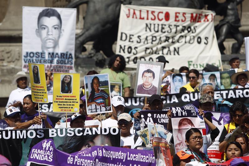 Manifestantes participan en la VII Marcha de la Dignidad Nacional hoy, jueves 10 de mayo de 2018, en Ciudad de México. Madres de personas desaparecidas marcharon por el Paseo de la Reforma hacia el Ángel de la Independencia para solicitar a las autoridades que los casos de sus hijos no queden en el olvido. Foto: Sáshenka Gutiérrez / EFE.