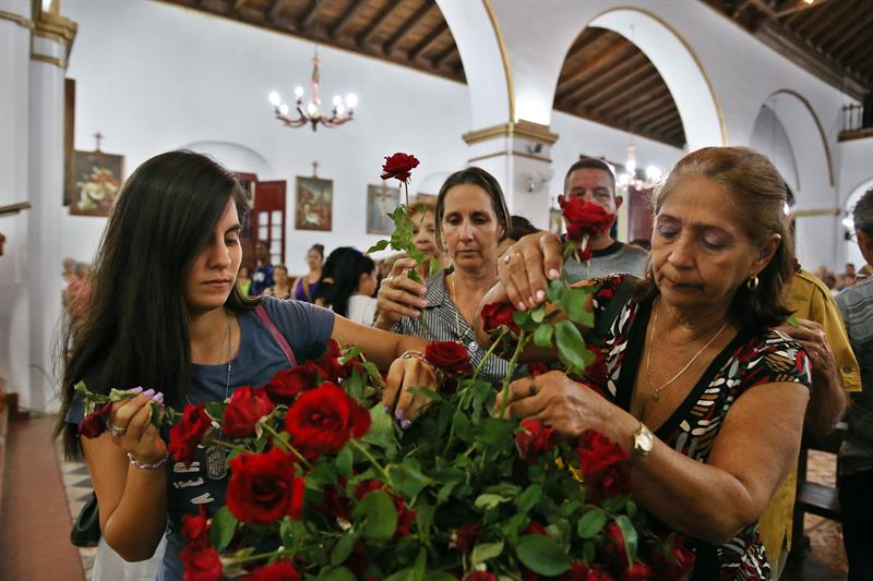 The funeral parlors where the wakes for the identified victims are being held can't cope because of the amount of persons who approach to give a message of support and solidarity. Photo: Alejandro Ernesto / EFE.