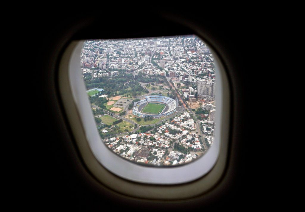 Sobre Uruguay, Pedro solo sabía que era un país muy bueno jugando fútbol. En la imagen, el estadio Centenario visto desde un avión que sobrevuela Montevideo. Foto: Matilde Campodónico / AP.