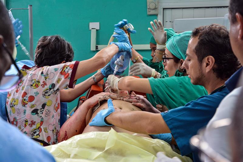 Una sobreviviente del avión Boeing-737 que se estrelló poco después de despegar del aeropuerto José Martí de La Habana, es atendida el viernes 18 de mayo, en el hospital Calixto García. Foto: Marcelino Vázquez / EFE.