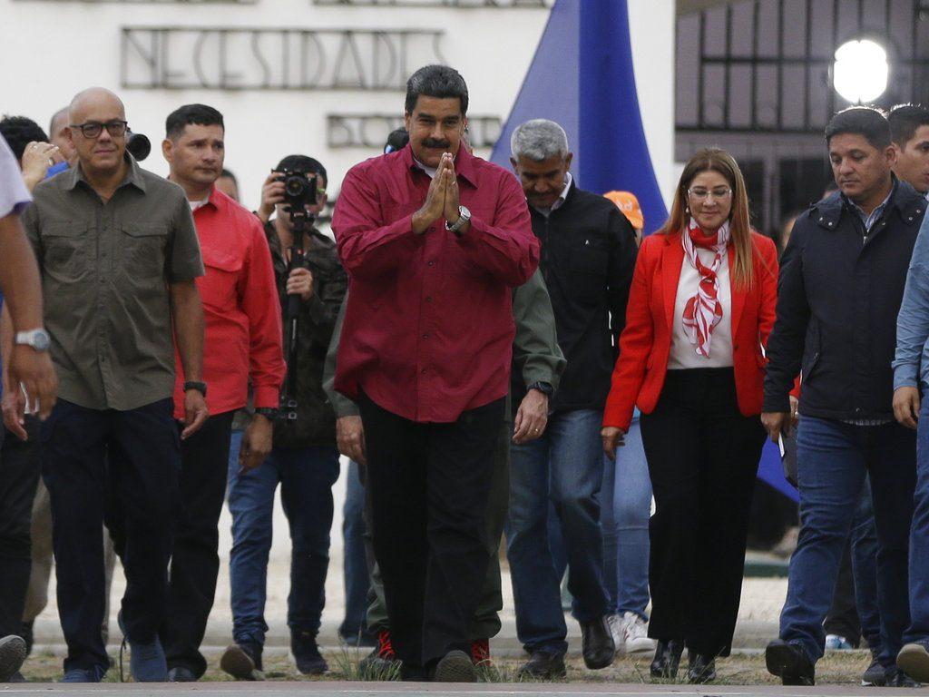 El presidente Nicolás Maudro hace un gesto a sus partidarios tras votar en los comicios presidenciales en Caracas, Venezuela, el domingo 20 de mayo de 2018. (Foto: Ricardo Mazalán / AP
