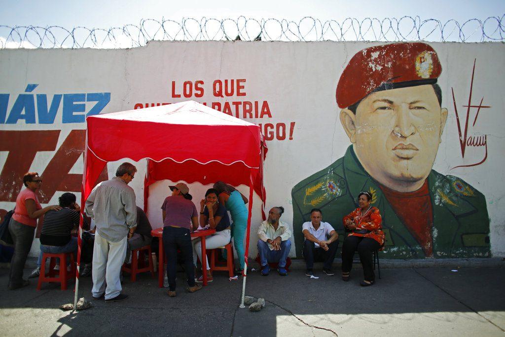 Votantes se registran con el Partido Socialista Unido tras emitir sus votos durante las elecciones presidenciales en Caracas, Venezuela, el domingo 20 de mayo de 2018. Foto: Ariana Cubillos / AP