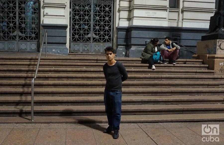 """""""Me llamo Ernesto Corcho, tengo 23 años y en mi ciudad trabajaba en una fábrica textil por 15 dólares mensuales."""" Foto: G. J. Rojas."""