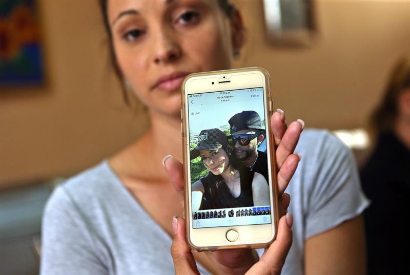 Maylín Díaz Almaguer muestra una foto de su hermana Mailén, de 19 años, una de las sobrevivientes del desastre, en el hospital Calixto Carcía. Foto: Alejandro Ernesto / EFE.