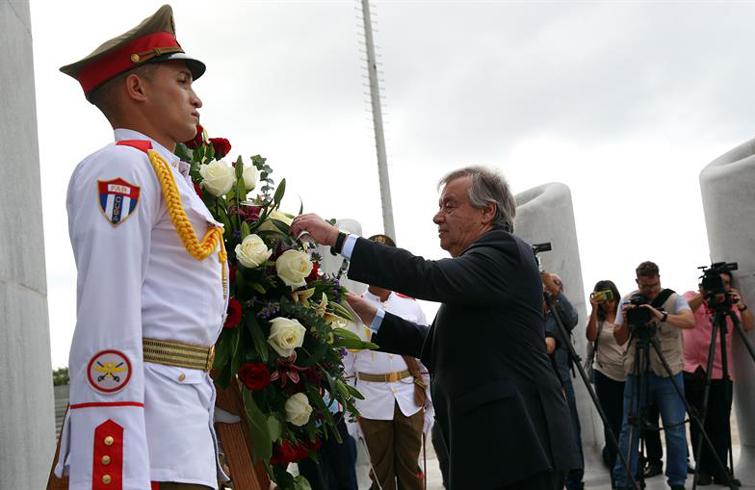 Antonio Guterres deposita una ofrenda floral a José Martí en el monumento que honra al héroe cubano en la Plaza de la Revolución de La Habana. Foto: Alejandro Ernesto / EFE.