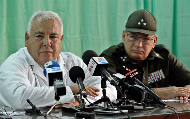 The director of the Institute of Forensic Medicine, Sergio Rabell, accompanied by the head of the Ministry of the Interior's Criminal Department, Colonel Antonio Mesa, gave a press conference in which he reported that the Institute finished the identification of the victims of the plane crash. Photo: Ernesto Mastrascusa / EFE.