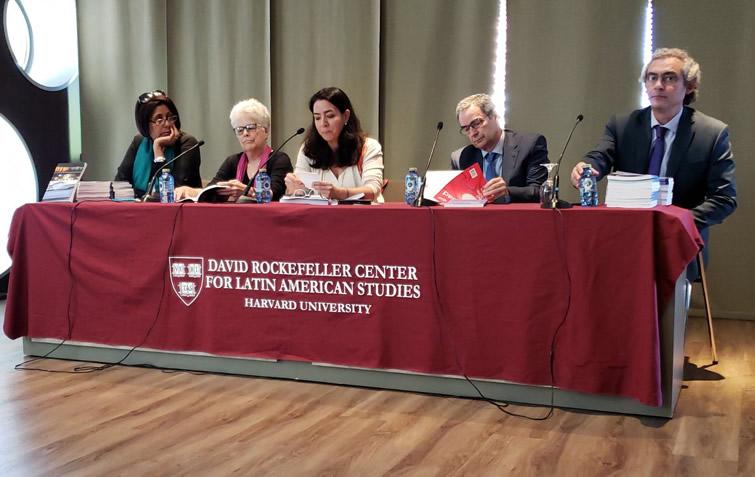 De izquierda a derecha, Marlen Sánchez e Ileana Díaz de la Universidad de La Habana; Lorena G. Barbería de la Universidad de São Paulo, José Antonio Alonso de la Universidad Complutense de Madrid y Alejandro De la Fuente de la Universidad de Harvard.